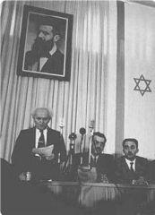 David Ben Gourion lisant la déclaration d'indépendance d'Israël.jpg